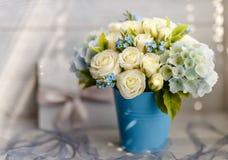 蓝色和白色婚礼花 免版税库存照片