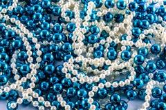 蓝色和白色小珠 免版税库存图片