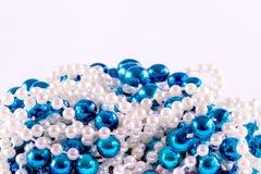 蓝色和白色小珠 库存图片