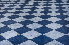 蓝色和白色方格的大理石地板 库存图片