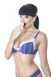 蓝色和白色有花边的女用贴身内衣裤的性感的迷人的美丽的少妇 免版税图库摄影