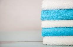 蓝色和白色棉花毛巾 图库摄影