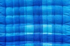 蓝色和白色波纹状的床 免版税库存图片