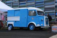 蓝色和白色经典法国微型货车雪铁龙在海中心附近键入H Vellamo的墙壁 免版税库存图片
