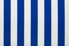 蓝色和白色镶边织品,纹理背景 免版税图库摄影
