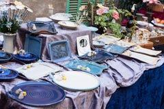 蓝色和白色陶瓷碗筷待售在锡内乌市场上 库存照片