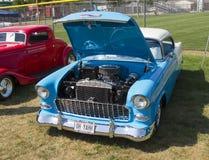 1955蓝色和白色雪佛兰贝莱尔 免版税库存照片