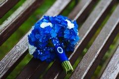 蓝色和白色鲜花婚礼花束  免版税库存照片