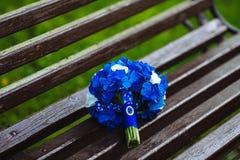蓝色和白色鲜花婚礼花束  库存图片