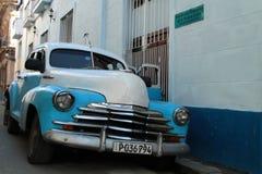 蓝色和白色经典老美国汽车在哈瓦那 库存照片