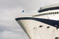蓝色和空白船弓弓在多云天空下 免版税库存图片