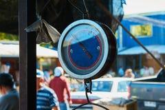 蓝色和红色平衡在市场上 免版税库存照片