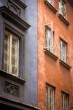蓝色和红色老居民住房 免版税库存照片