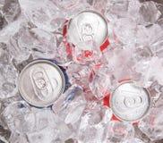 蓝色和红色能可乐饮料 库存照片