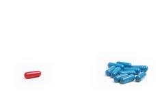 蓝色和红色药片1 免版税库存照片