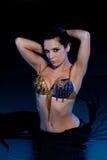 蓝色和金服装的异乎寻常的肚皮舞表演者 免版税库存照片
