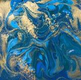 蓝色和金液体纹理 手拉的使有大理石花纹的背景 墨水大理石抽象样式 图库摄影