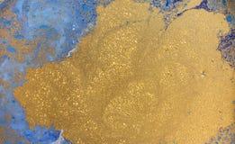 蓝色和金黄液体纹理,水彩手拉的使有大理石花纹的例证,抽象背景 免版税库存图片