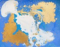 蓝色和金黄液体纹理 水彩手拉的使有大理石花纹的例证 墨水大理石背景 库存图片