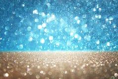 蓝色和金defocused光背景。抽象bokeh光 库存图片