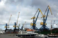 蓝色和黄色口岸货物在港口抬头 免版税图库摄影