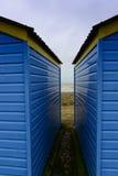 蓝色和黄色海滩小屋 库存图片