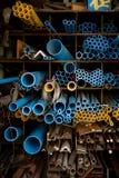 蓝色和黄色PVC管子在仓库里 库存照片