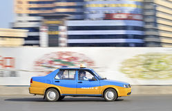 蓝色和黄色上色了在路的出租汽车,长春,中国 库存图片