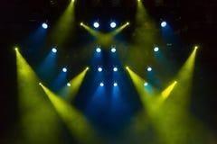 蓝色和黄色光通过在阶段的烟 照明设备equipment.conference大厅泛光灯, 聚光灯 免版税库存照片