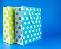 蓝色和绿色圆点礼物袋子 免版税库存图片