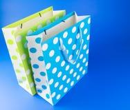 蓝色和绿色圆点礼物袋子 库存照片