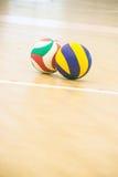蓝色和黄色排球 免版税库存图片