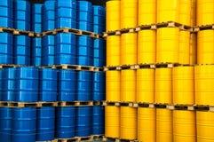蓝色和黄色油桶 免版税图库摄影