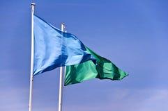 蓝色和绿色海滩安全旗子 免版税库存照片