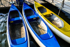 蓝色和黄色独木舟 免版税库存照片