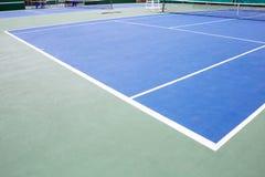 蓝色和绿色网球场表面,在领域的网球 图库摄影