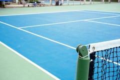蓝色和绿色网球场表面,在领域的网球 免版税库存照片