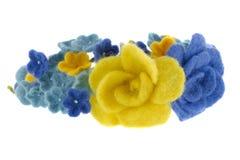 蓝色和黄色美丽的玫瑰由羊毛制成 免版税库存照片