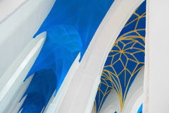 蓝色和黄色装饰教会天花板(教堂中殿)和白色曲拱 免版税库存图片