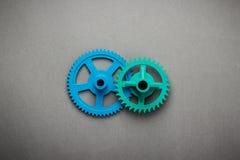蓝色和绿色齿轮 免版税库存图片