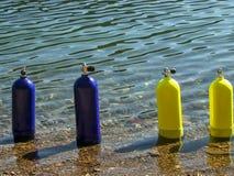 蓝色和黄色水肺坦克 免版税库存图片