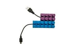 蓝色和紫色legos连接了到usb缆绳 免版税库存照片