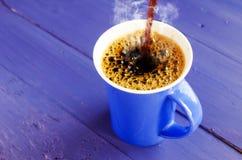 蓝色咖啡倾吐 免版税库存照片