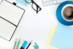 蓝色咖啡杯和办公用品 免版税图库摄影