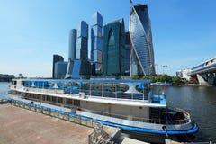 蓝色商务中心现代莫斯科俄国摩天大楼色彩 免版税库存照片