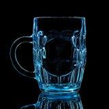 蓝色啤酒杯剪影与裁减路线的在黑背景 图库摄影