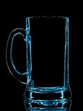 蓝色啤酒杯剪影与裁减路线的在黑背景 免版税库存照片