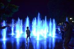 蓝色喷泉喷射人们 库存图片