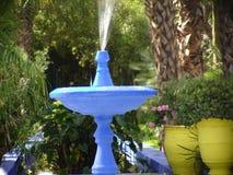 蓝色喷泉庭院majroelle 库存照片