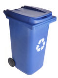 蓝色回收自行车前轮离地平衡特技容器 库存照片